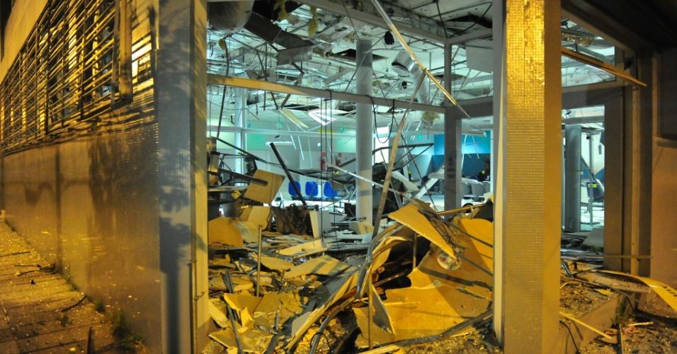 Assaltantes explodiram quatro caixas eletrônicos do Banco do Brasil da cidade de Tapes, no sul do Rio Grande do Sul, pela segunda vez em quatro meses. A ação ocorreu por volta de 0h30min desta quinta-feira (5). A polícia trocou tiros com os criminosos por cerca de 20 minutos. No entanto, os assaltantes conseguiram fugir