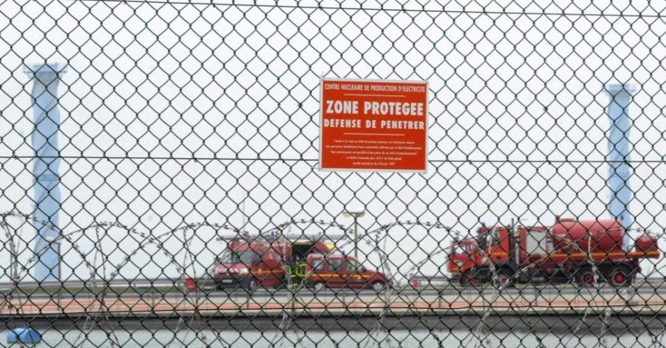 Brigada de incêndio francesa entra na usina nuclear de Penly após incêndio em um de seus reatores, que foi, segundo as autoridades, controlado