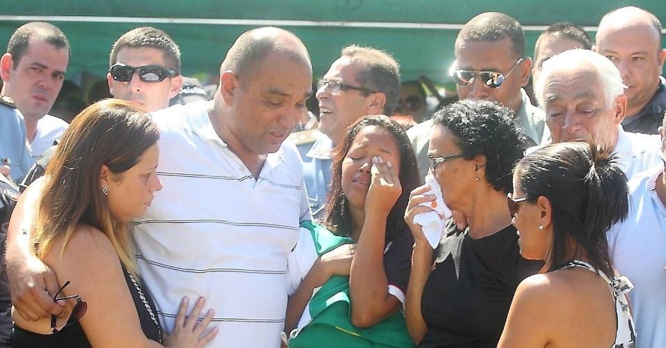 Familiares e amigos choram durante enterro no cemitério Jardim da Saudade, na zona oeste do Rio, do cabo da PM Rodrigo Alves Cavalcante, 32, que foi morto na Rocinha durante um patrulhamento