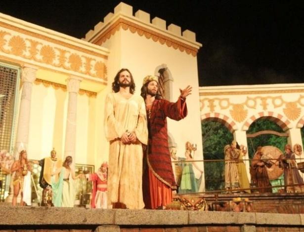 """Jesus Cristo (José Barbosa) ao lado do Rei Herodes (Mouhammed Harfouch) no show """"A Paixão de Cristo"""", que acontece em Nova Jerusalém, em Pernambuco"""