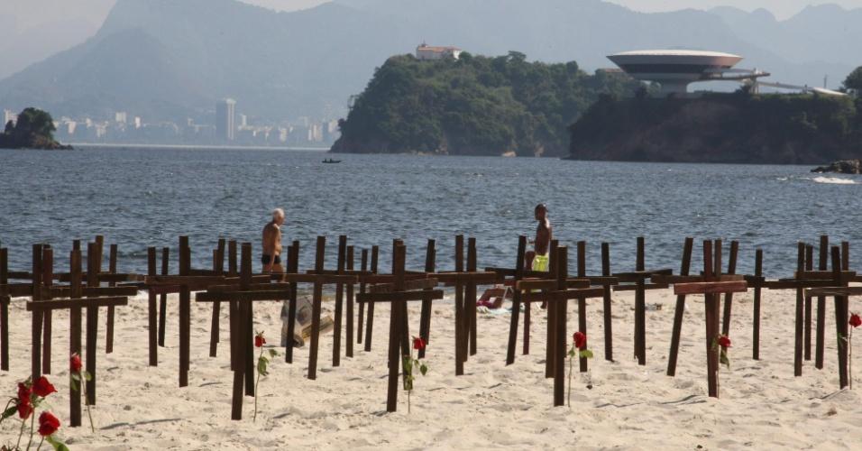 169 cruzes são colocadas em praia de Niterói (RJ), representando cada morte em decorrência das chuvas de abril de 2010
