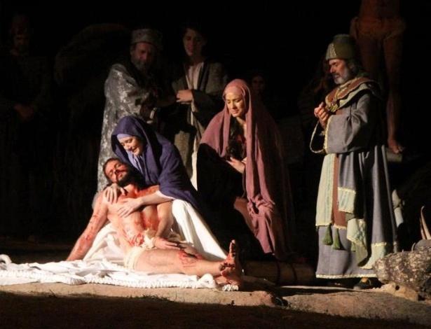 Maria abraça Jesus no espetáculo em Nova Jerusalém que já foi visto por mais de 3 milhões de pessoas ao longo de sua história