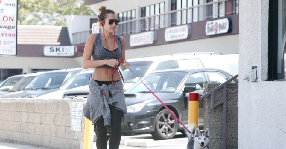 Miley Cyrus passeia com seu cachorro pelas ruas de Beverly Hills, Calif&#243;rnia (5/4/2012)