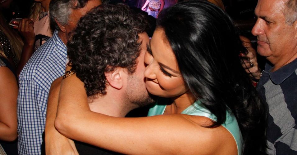 beijos da assistente de palco, Helen Ganzaroli (4/4/12) AgNews Mais