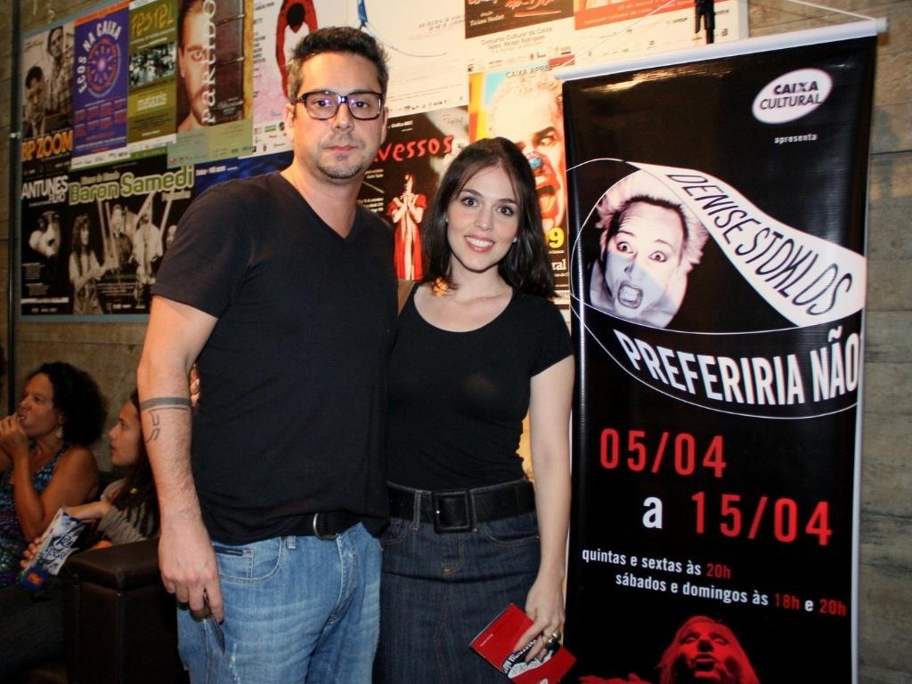 O casal Alexandre Nero e Karen Brustolin prestigia a estreia da peça
