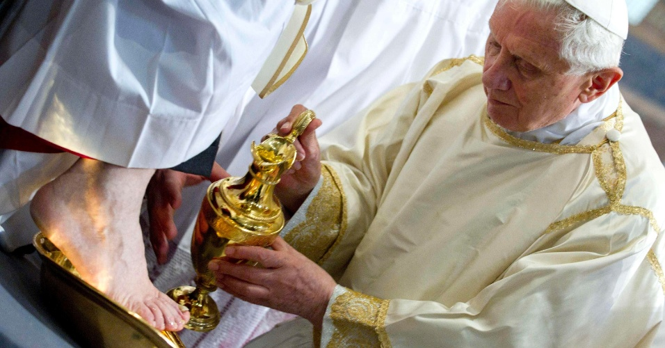 O papa Bento 16 celebra na Basílica de São João de Latrão, em Roma, na Itália, a missa da Última Ceia, na qual tradicionalmente lava os pés de doze presbíteros