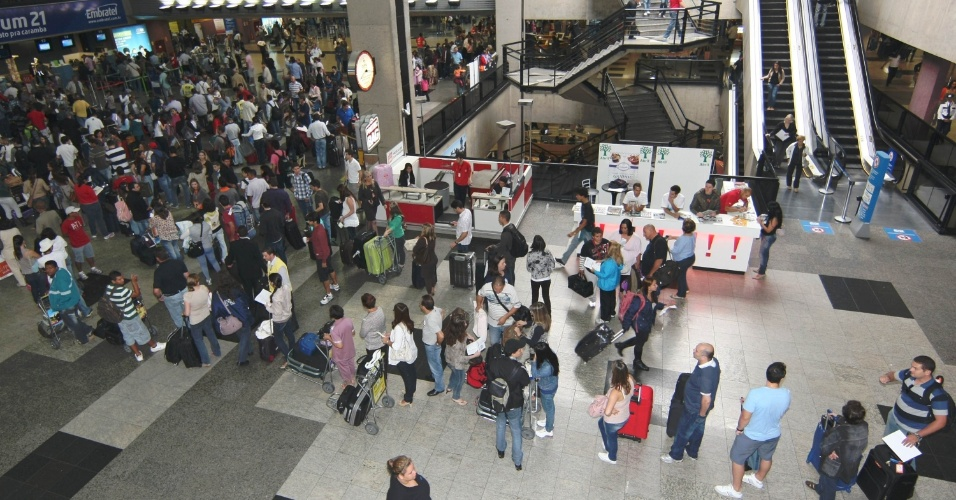 Passageiros lotam o  Aeroporto Internacional Afonso Pena, em São José dos Pinhais (PR) , devido à véspera do feriado de Páscoa, nesta quinta-feira (5)