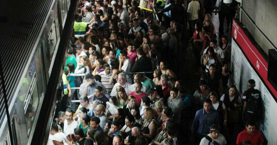 Plataforma da estação  Sé do Metrô de São Paulo, sentido zona leste,  fica completamente lotada