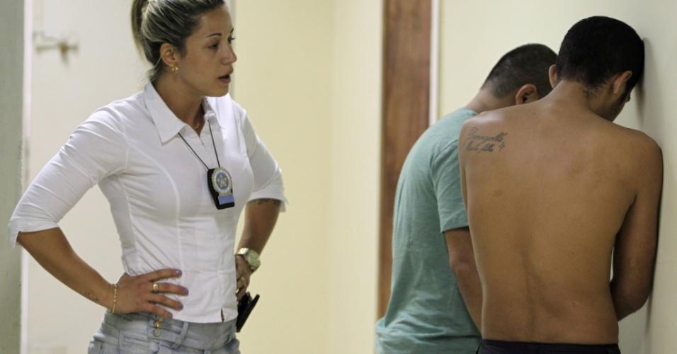 Polícia prende Denilson Lima Virgílio (camisa verde) e Darlan Severino Cardoso de Arruda, com drogas e granada na comunidade da Rocinha, zona oeste da cidade. Os dois são suspeitos da morte de PM na favela recentemente ocupada por forças policiais
