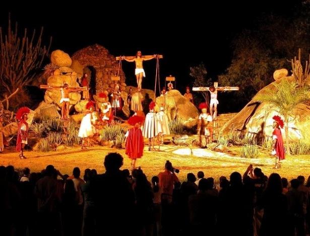"""Reconstituição da cena da crucificação na """"Paixão de Cristo"""" de Nova Jerusalém, em Pernambuco"""