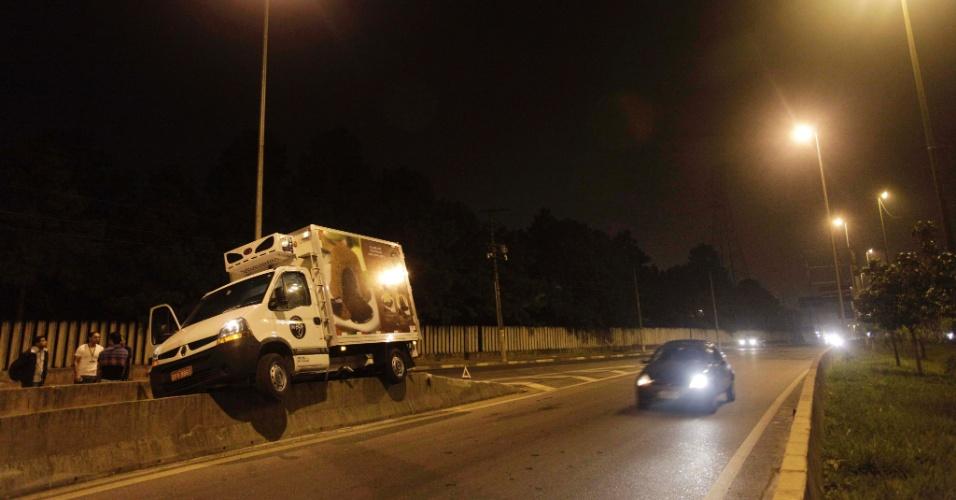 Um motorista perdeu o controle do caminhão que conduzia após se chocar com outro veículo e acabou subindo em uma mureta de proteção que divide a pista local e a central da Marginal Tietê, próximo à Ponte dos Remédios, em São Paulo