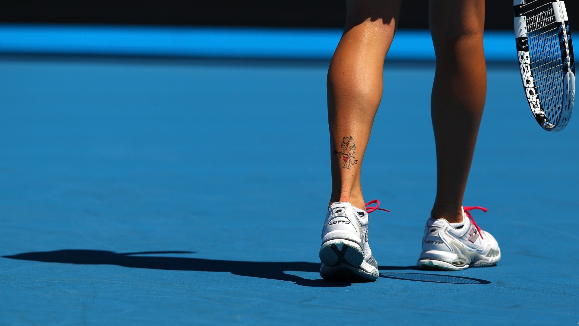 A tenista polonesa Agnieszka Radwanska tem tatuado um diabinho em sua perna esquerda