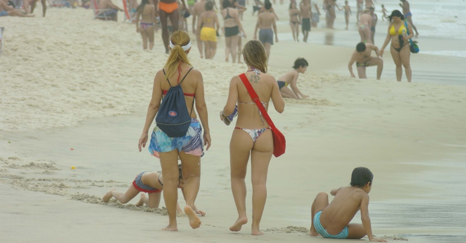 Banhistas passeiam na praia de Copacabana, no Rio de Janeiro, nesta sexta-feira (06). A previs&#227;o do tempo &#233; de temperatura m&#225;xima de 34&#186;C e m&#237;nima de 21&#186;C, com possibilidade de pancadas de chuva &#224; tarde e &#224; noite