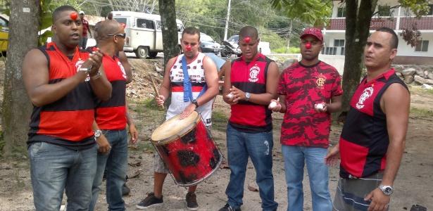 http://imguol.com/2012/04/06/com-nariz-de-palhaco-e-ovos-torcedores-do-fla-protestam-contra-jogadores-06042012-1333720154000_615x300.jpg