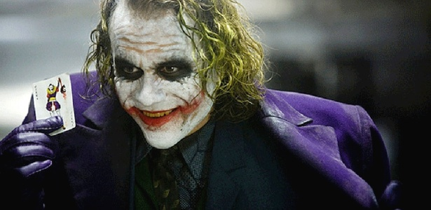 """O ator Heath Ledger em cena de """"Batman: O Cavaleiro das Trevas"""". Morte do ator difundiu a lenda de que a série é amaldiçoada"""