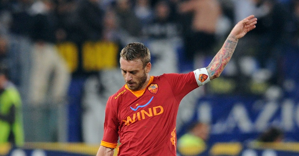 Daniele de Rossi, da Roma, tem tatuagem por todo seu braço esquerdo. O atleta normalmente entra em campo cobrindo-a
