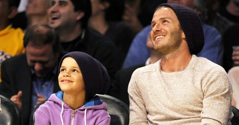 David Beckham e seu filho Romeo v&#227;o a jogo de basquete em Los Angeles, Calif&#243;rnia (6/4/12)