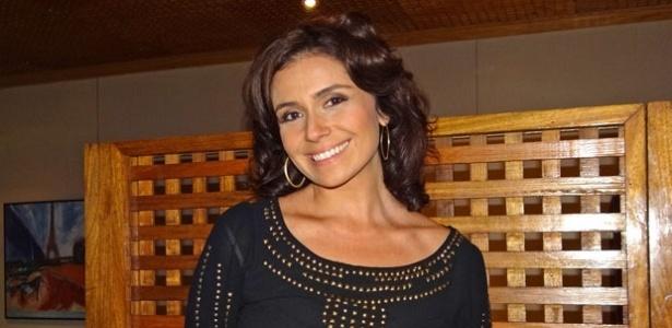 Giovanna Antonelli posa para foto nos bastidores de gravação de