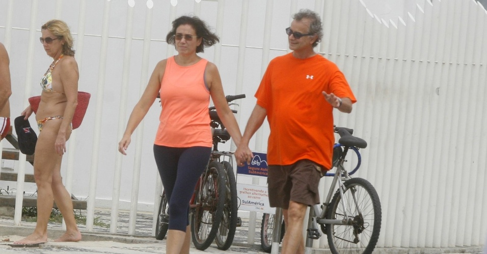 Lilia Cabral e o marido caminham pela orla do Leblon, na zona sul do Rio (6/4/12)