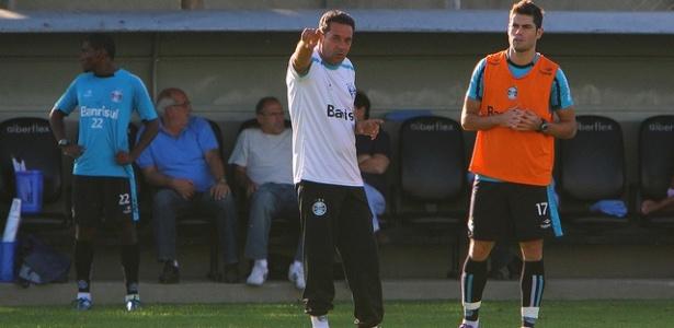 Luxemburgo conversa com Miralles em treinamento do Grêmio (06/04/2012)
