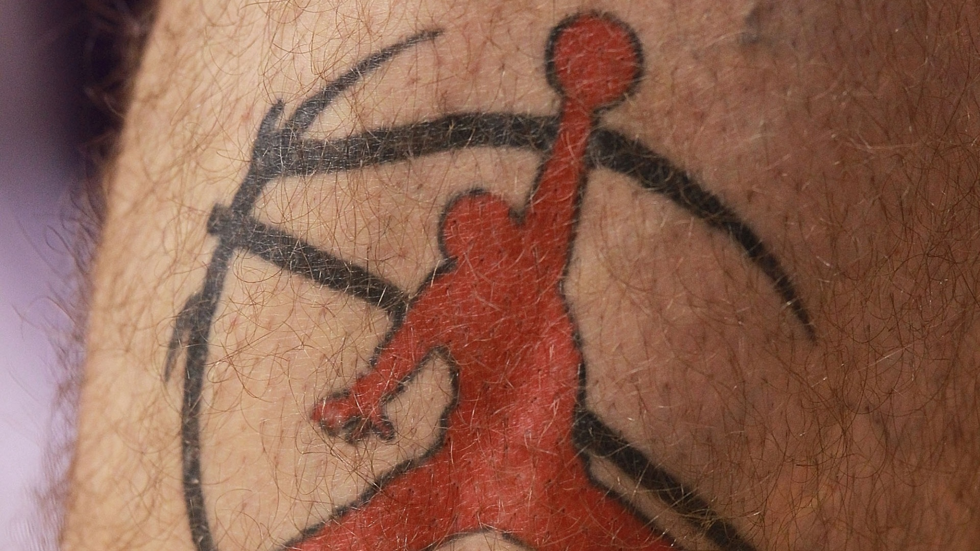 Um homem enterrando uma bola  o que aparece na tatuagem de Marcin Gortat, jogador de basquete do Phoenix Suns