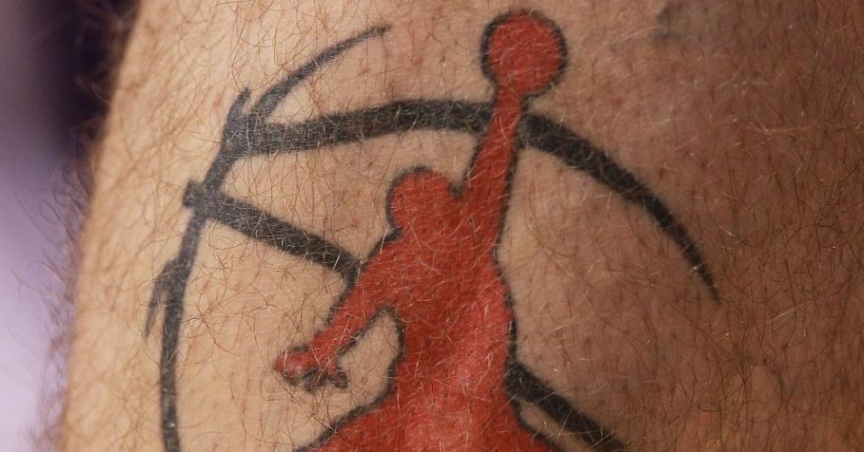 Um homem enterrando uma bola é o que aparece na tatuagem de Marcin Gortat, jogador de basquete do Phoenix Suns