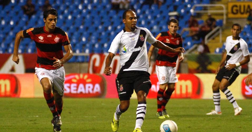 Atacante Alecsandro, do Vasco, domina a bola durante o clássico contra o Flamengo, no estádio do Engenhão, pelo Campeonato Carioca