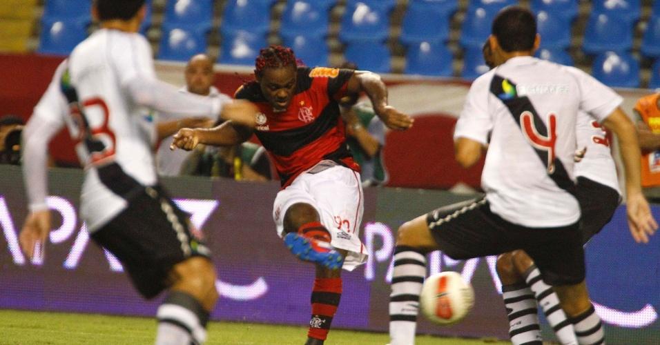 Atacante Vágner Love, do Flamengo, tenta o arremate no clássico com o Vasco, pelo Campeonato Carioca, no estádio do Engenhão