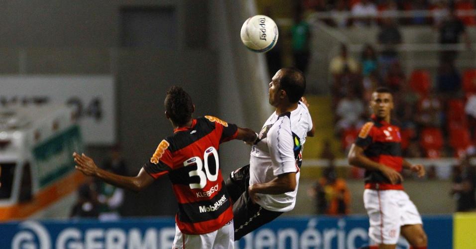 Atacante vascaíno Alecsandro tenta jogada sobre o volante rubro-negro Kleberson no clássico entre as equipes no estádio do Engenhão