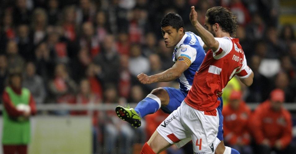 Brasileiro Hulk chuta para marcar o gol do Porto sobre o Braga neste sábado pelo Campeonato Português