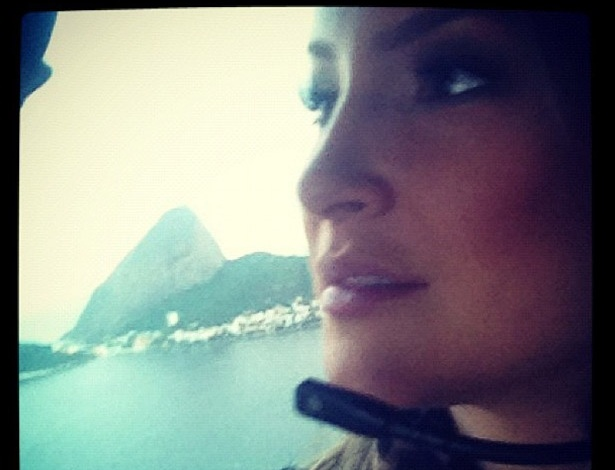 Cl&#225;udia Leitte postou em seu Twitter uma foto de um voo de helic&#243;ptero que fez no Rio de Janeiro antes de ir para Montes Claros (MG) neste s&#225;bado. A cantora citou a m&#250;sica de seu conterr&#226;neo Gilberto Gil em sua postagem: &#34;Aquele abra&#231;o...&#34; (7/4/12)