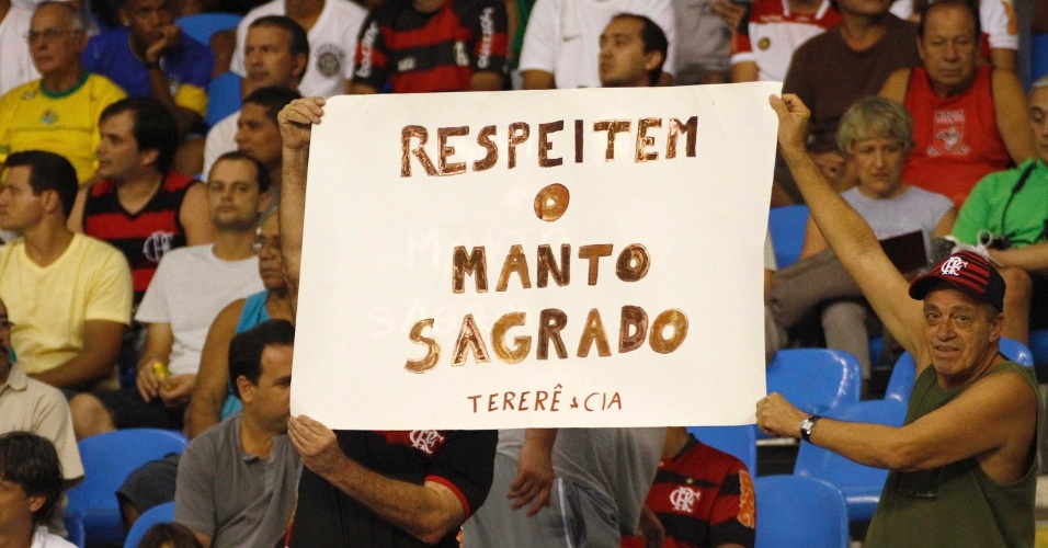 Com o time em crise, torcedores do Flamengo levam faixa com recado aos jogadores do Flamengo, que encara o Vasco, no est&#225;dio do Engenh&#227;o