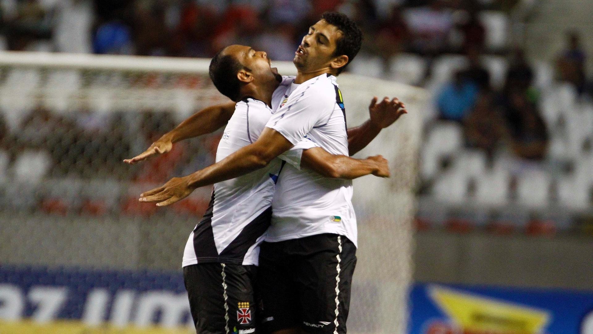 Diego Souza é abraçado por Alecsandro após marcar o gol que empatou o clássico entre Flamengo e Vasco, no estádio do Engenhão