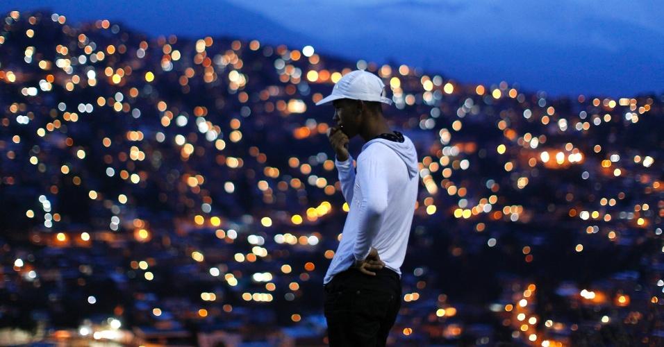 Do alto de morro, homem observa a maior favela da América e do Ocidende, na cidade venezuelana de Petare, na região metropolitana da capital, Caracas