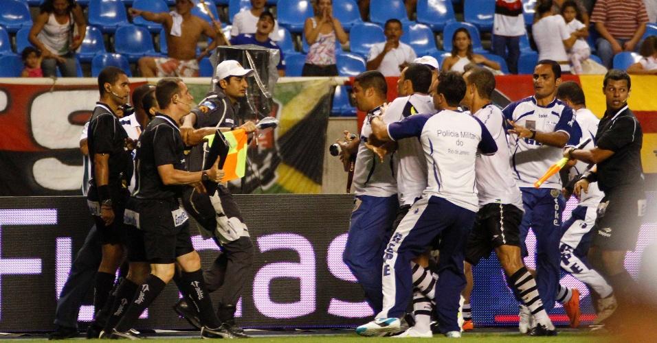 Jogadores vascaínos partem para cima do juiz Wagner dos Santos Rosa após a derrota para o Flamengo no clássico no Engenhão