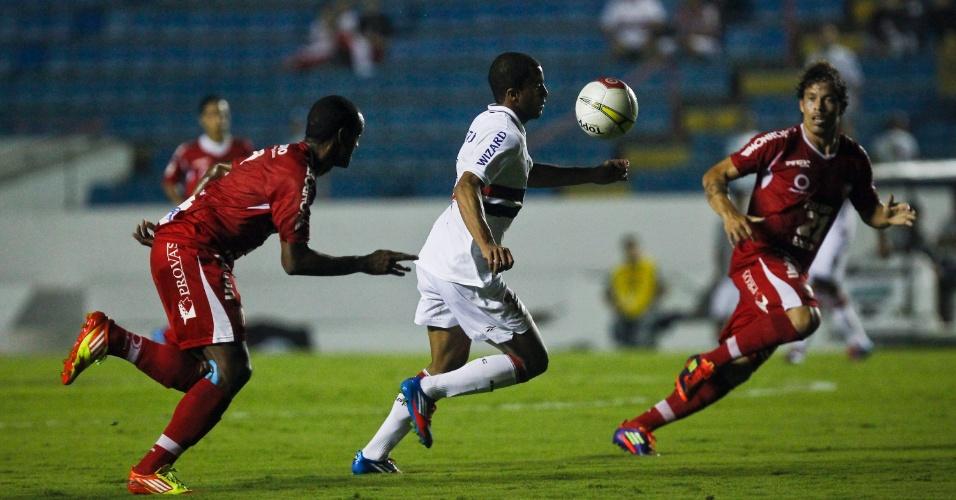 Lucas controla a bola durante a partida entre São Paulo e Mogi Mirim, realizada na Arena Barueri