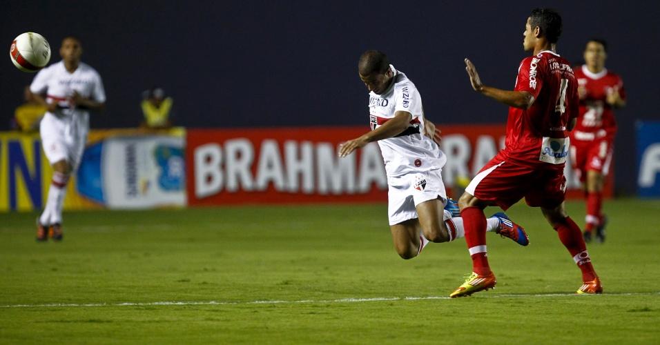 Lucas é derrubado por jogador do Mogi em partida pelo Campeonato Paulista