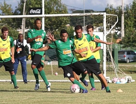Meia Rafinha (com a bola) participa de treinamento no Coritiba (06/04/2012)
