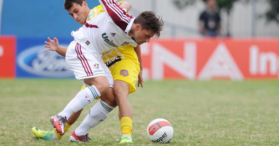 Atacante Rafael Sóbis tenta passar pela marcação no duelo do Fluminense contra o Madureira