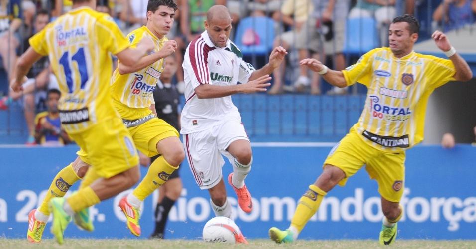 Lateral esquerdo Carlinhos, do Fluminense, tenta se livrar da marcação no duelo com o Madureira, pelo Campeonato Carioca