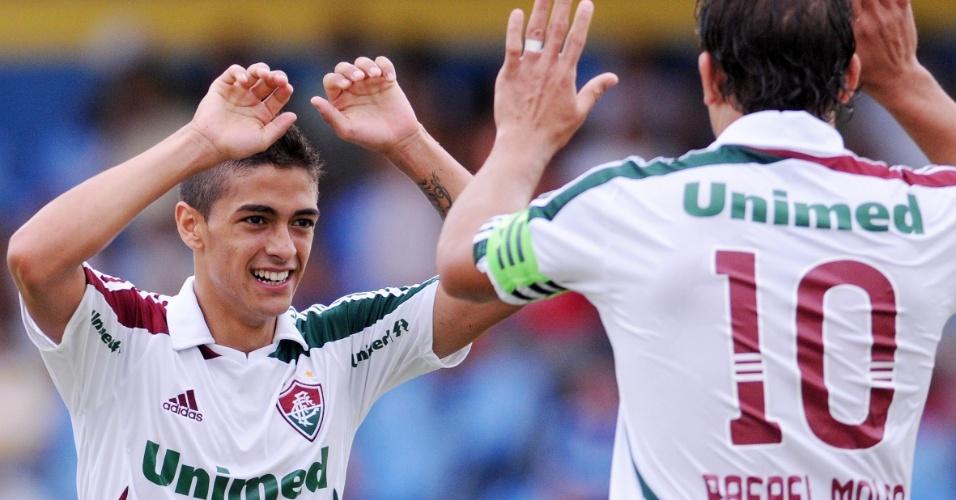 Meia Lanzini comemora com o atacante Rafael Moura seu gol no duelo entre Fluminense e Madureira, pela Campeonato Carioca
