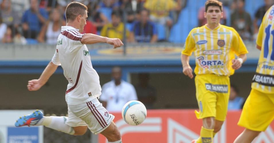 O meia Thiago Neves tenta a finalização para o gol durante a partida entre Fluminense e Madureira, pelo Campeonato Carioca