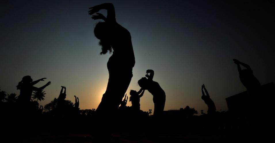"Praticantes de yôga participam do evento ""Yogatón"", neste sábado (7), durante o Dia Mundial da Saúde na cidade de Bangalore, na Índia. O tema do evento este ano é ""Boa saúde acrescenta vida aos anos"""