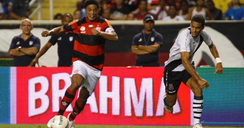 Ronaldinho Gaúcho carrega a bola durante o clássico entre Flamengo e Vasco, pelo Campeonato Carioca, no estádio do Engenhão