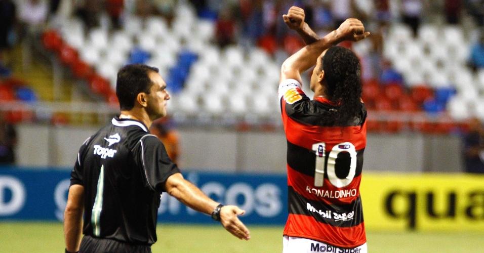 Ronaldinho Gaúcho comemora seu gol na vitória do Flamengo sobre o Vasco, em clássico disputado no estádio do Engenhão