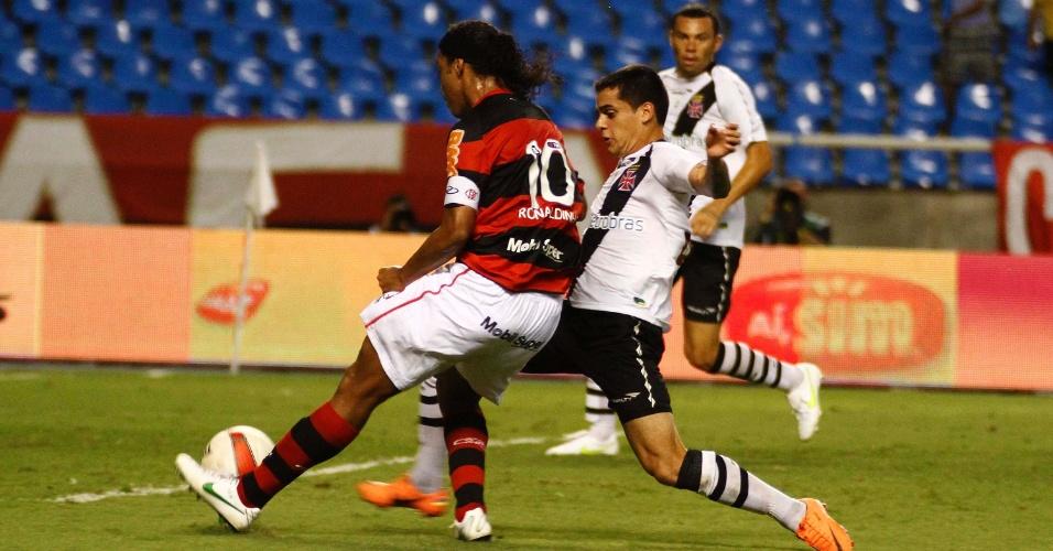 Ronaldinho Gaúcho tenta jogada durante o clássico entre Flamengo e Vasco, pelo Campeonato Carioca, no estádio do Engenhão