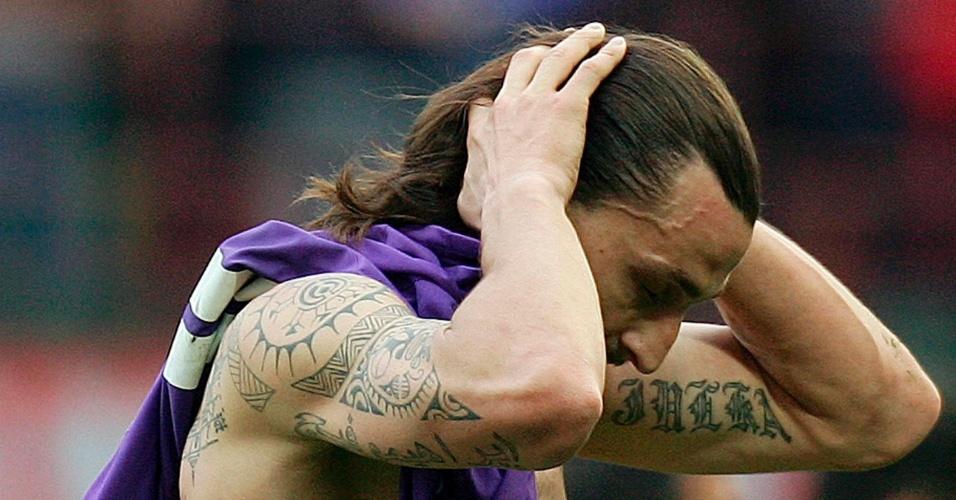 Sem camisa após a partida contra a Fiorentina, Ibrahimovic deixa à mostra as tatuagens que tem espalhadas pelo corpo