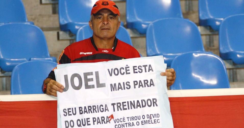 Torcedor do Flamengo protesta contra o desempenho do técnico Joel Santana no comando do time antes do clássico com o Vasco, no Engenhão