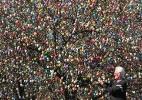 Alemão decora árvores de sua casa com 10 mil ovos de Páscoa - EFE/Martin Schutt