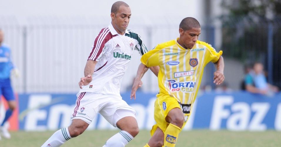 Zagueiro Leandro Euzébio tenta o desarme durante o duelo entre Madureira e Fluminense, pelo Campeonato Carioca